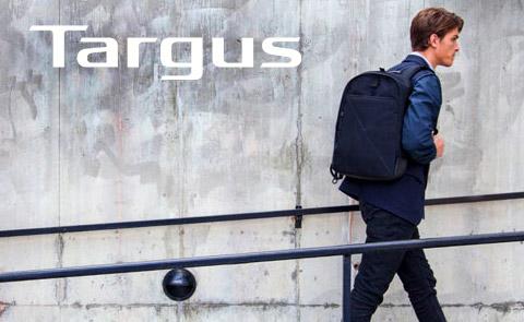 Hombre caminando con mochila para laptop